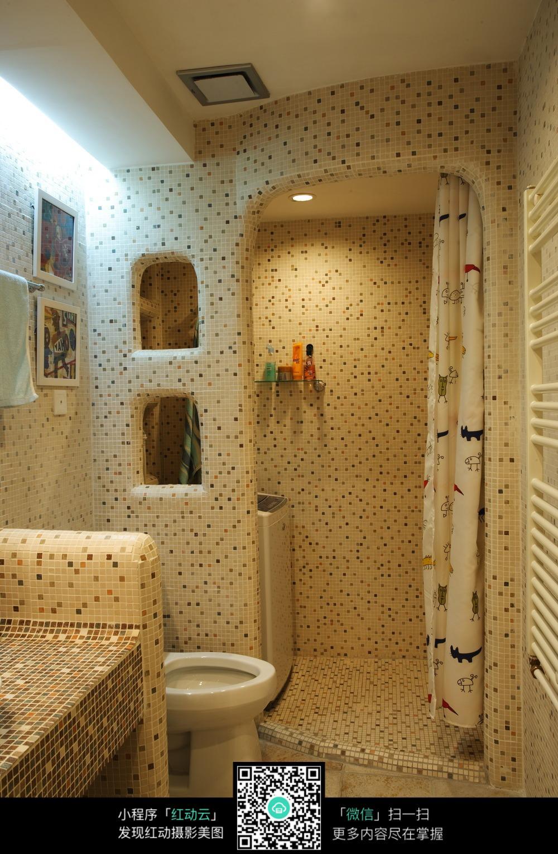 彩色格子复古墙壁浴室装修效果图