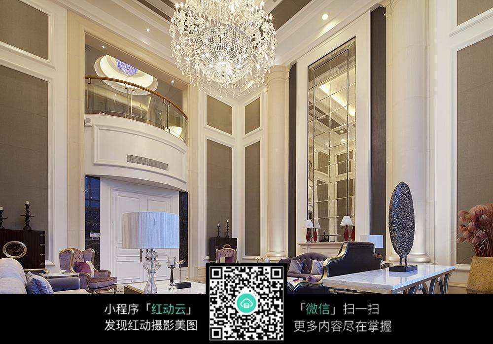 欧式风格别墅里的带水晶吊灯客厅设计图