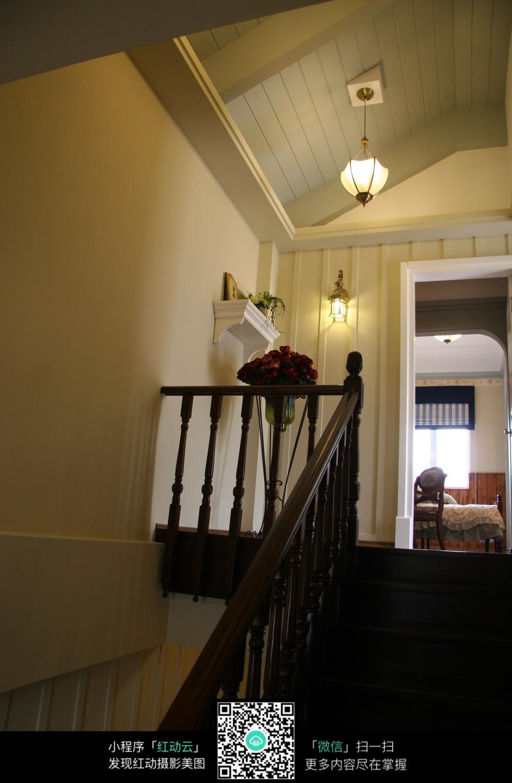 倾斜的室内楼梯和卧室图片