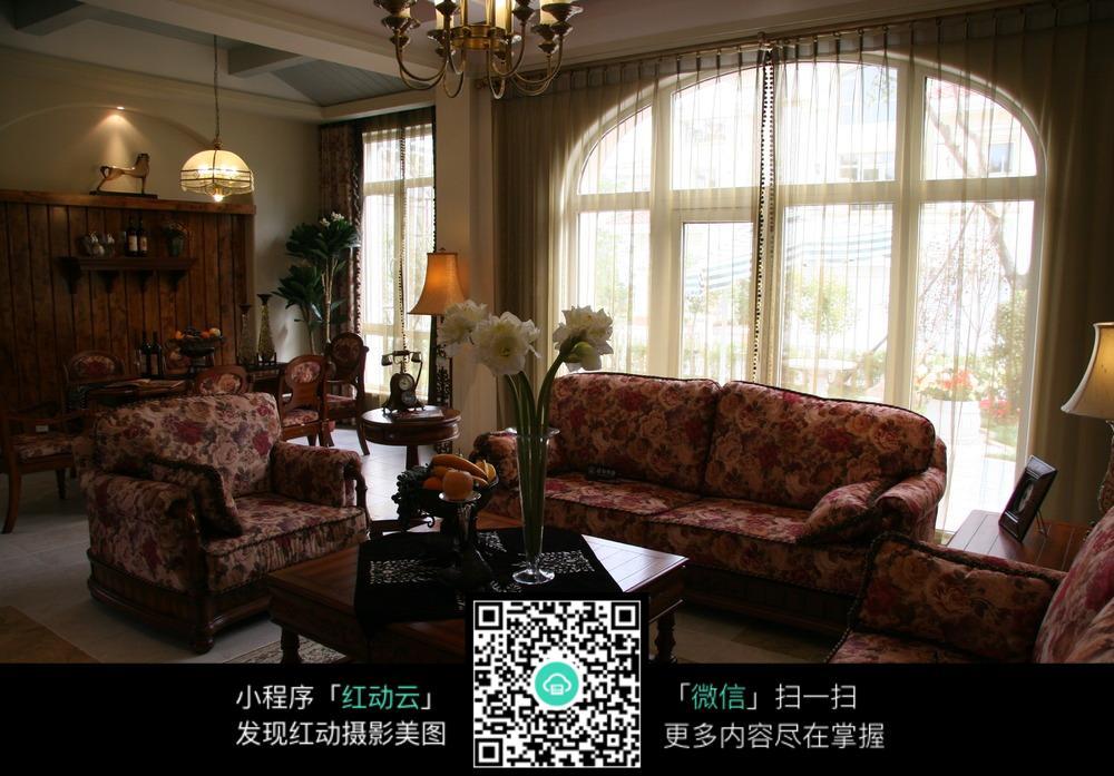 奢华红色花纹沙发客厅装修效果图