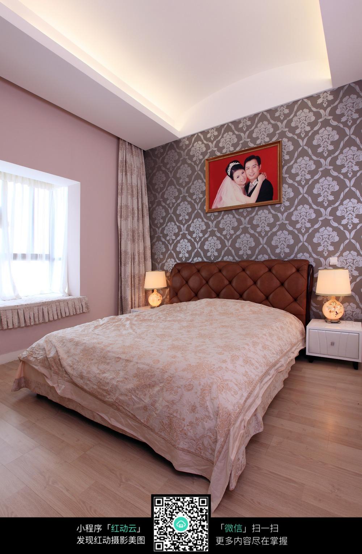 带婚纱照的现代卧室