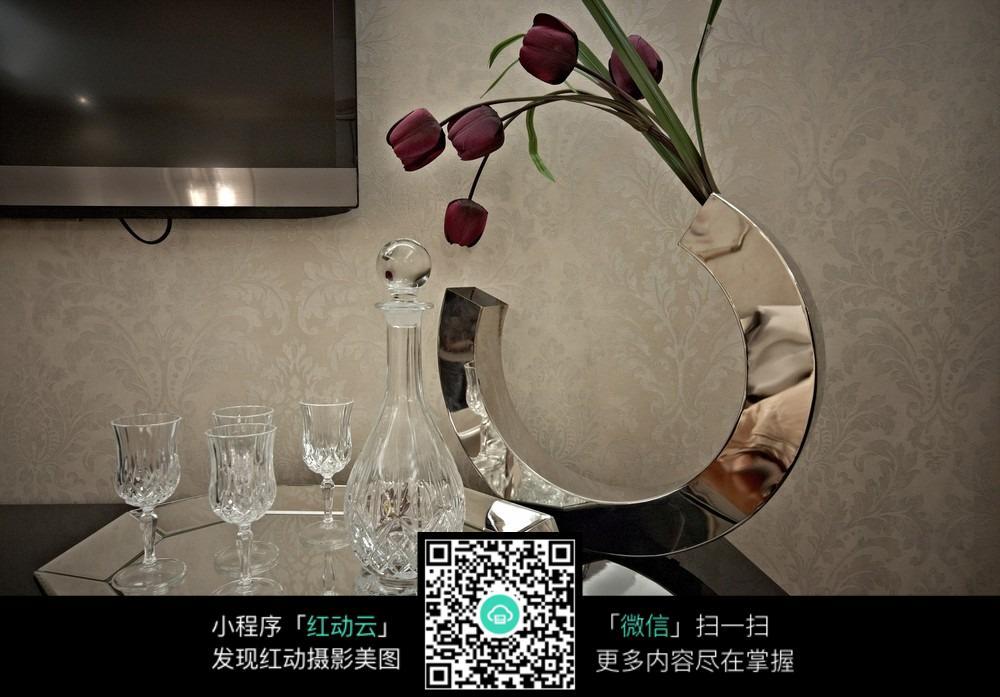 桌子上的酒瓶 花瓶圖片