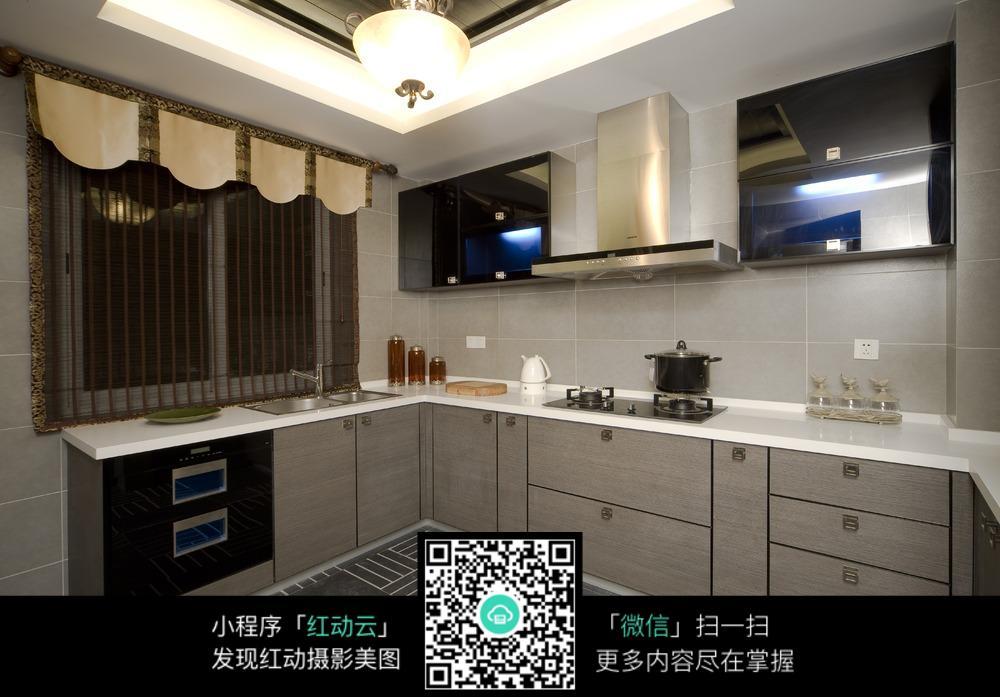 白色简约的厨房装修效果图图片