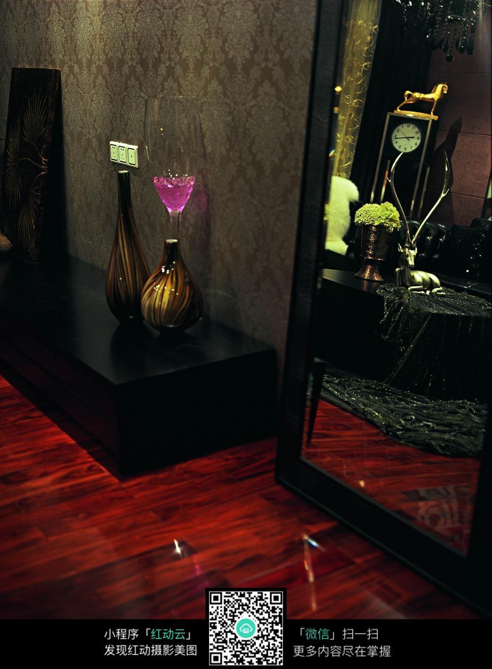 红木地板黑色柜子上的花瓶