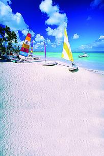白色沙滩上的帆船和棕榈树