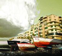 海边建筑和木船移轴摄影图片