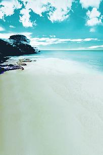 蓝天白云下的白色沙滩和黑色石头