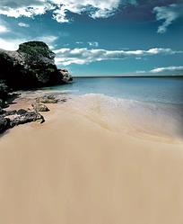 蓝天白云下的黄色沙滩和礁石