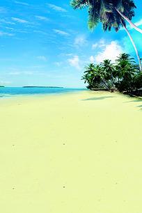 蓝天白云下的黄色沙滩和棕榈树