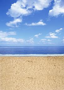 蓝天白云下的蓝色大海和沙滩
