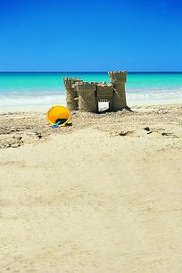 沙滩上的沙雕城堡和桶