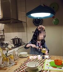 餐桌旁玩耍的儿童摄影psd素材