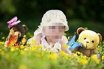 花丛中的宝宝与玩具熊摄影模板