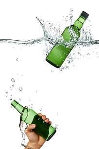 手握酒瓶创意广告背景素材