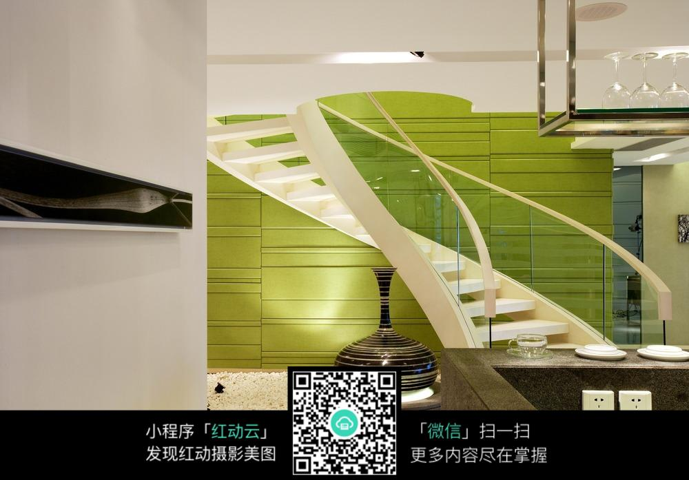 弧形楼梯与绿色背景墙
