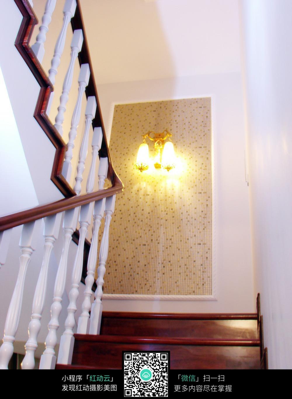 典雅复古楼梯间装修设计