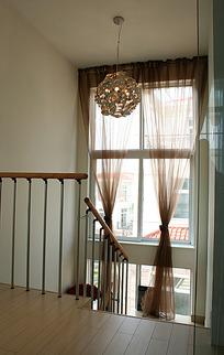 木制楼梯与复古吊灯