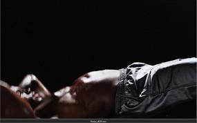 运动视频  仰卧起坐练习的黑人运动员