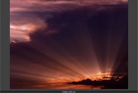 日出红色光芒照射的壮丽紫色云空