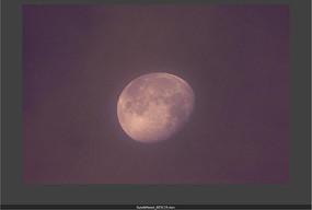 夜空紫色云雾朦胧的圆月