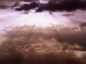 日出照射的紫色阳光