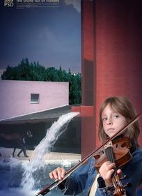 人造水景前,拉小提琴的小男孩