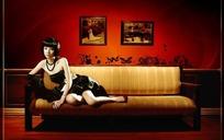 斜躺在沙发上的美女图片PSD