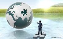 湖面上指着地球的商务人士