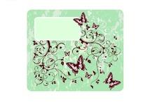 粉绿色背景上的蝴蝶与卷草图案