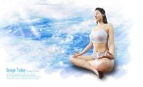 在白云上打坐的瑜伽美女