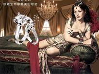 坐在沙发上的美女戒指海报