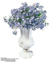 白色艺术花瓶中雅致的紫色小花抠图素材