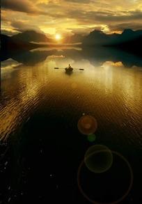 晨曦中江面上的划船的人PSD分层素材