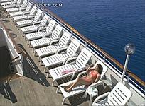 甲板上沐浴着阳光的美女视频素材