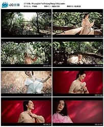 树林里穿着白纱歌唱的美女视频