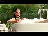 摩托罗拉痴迷浴中的美女视频素材