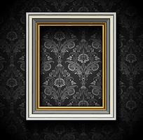 灰色花纹背景墙上的欧式相框