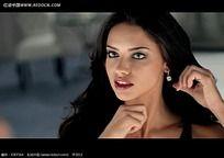 戴耳环国外美女视频